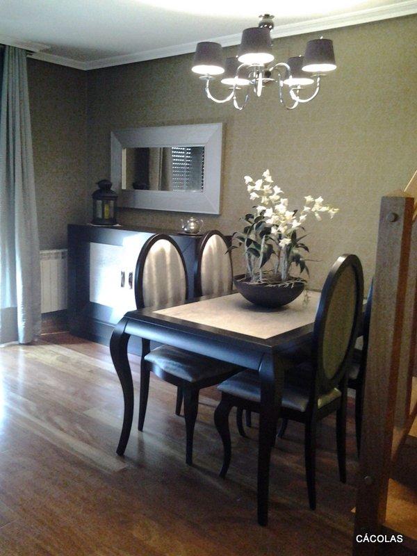 Mesa y sillas estilo isabelino