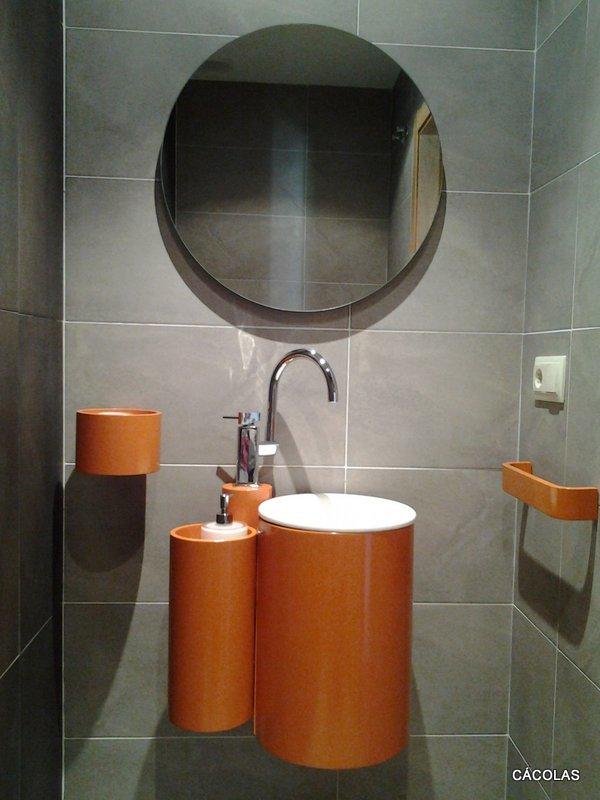 Baño planta baja, mueble de baño circular, con espejo redondo.