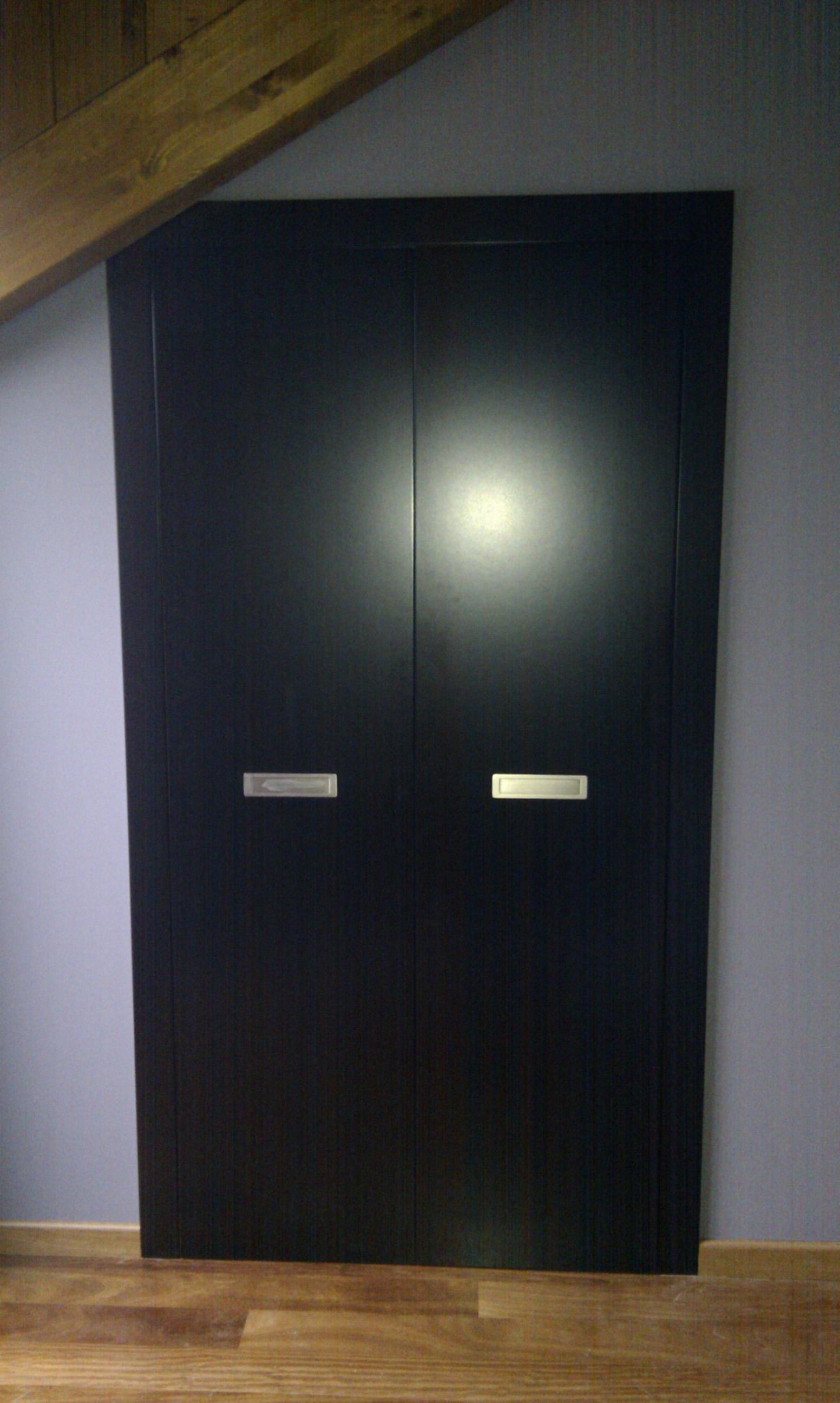 Puertas armario vestidor, lacadas en negro.