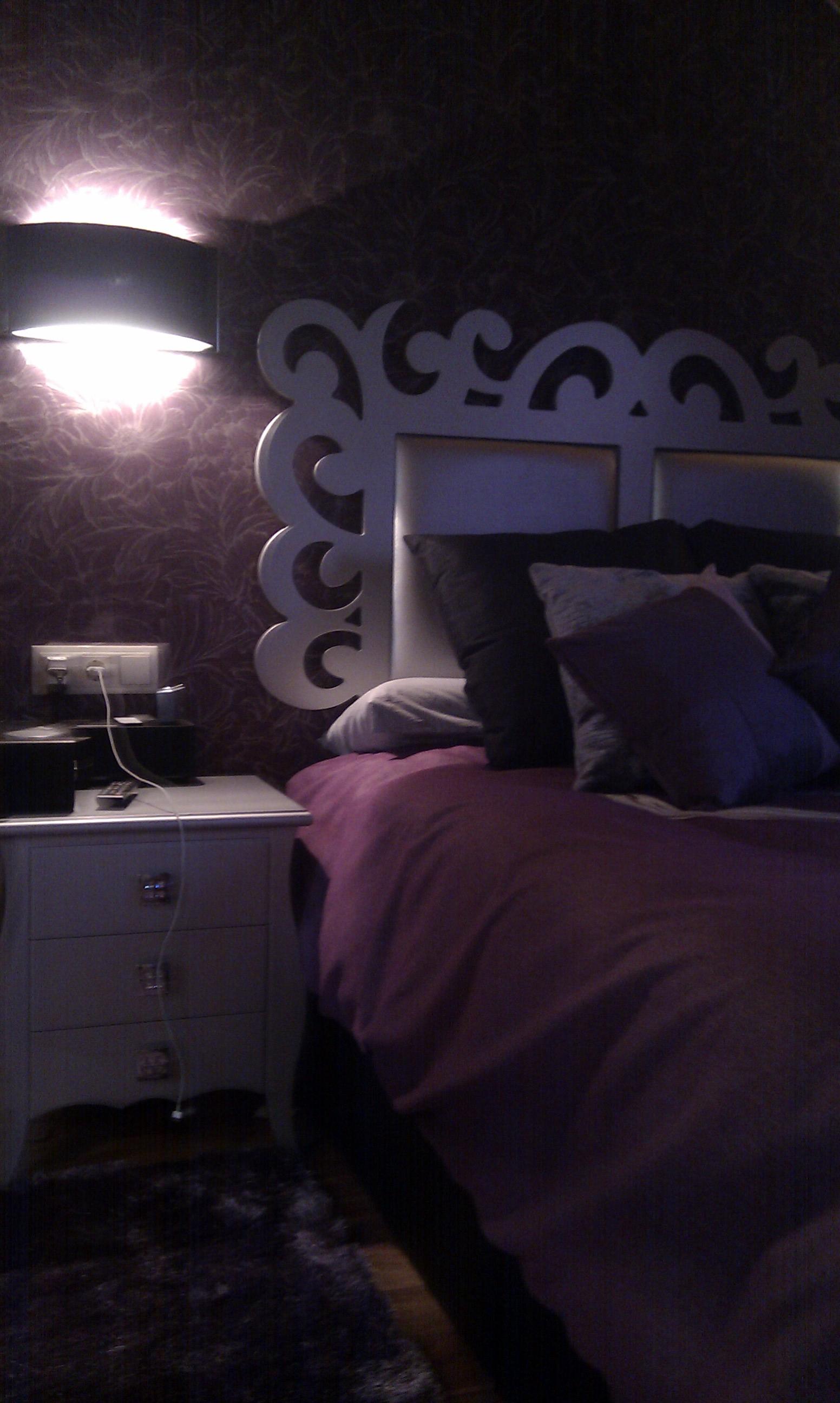 Detalle cabecero habitación bajocubierta, lacado en plata.