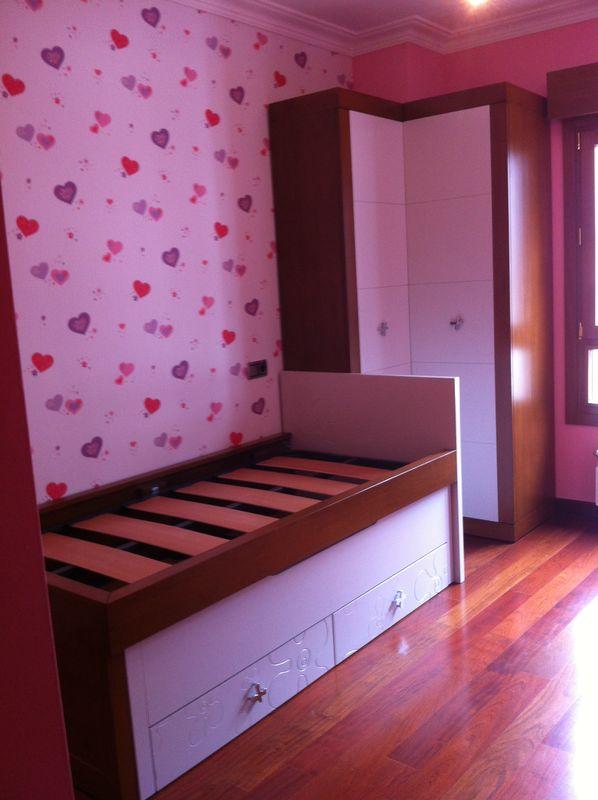 Armario habitación infantil en rincón, combinado en madera y laca blanca.