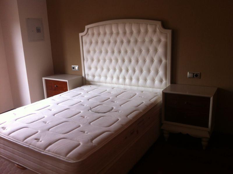 Cabecero y mesitas de habitación principa, lacado en beig.l