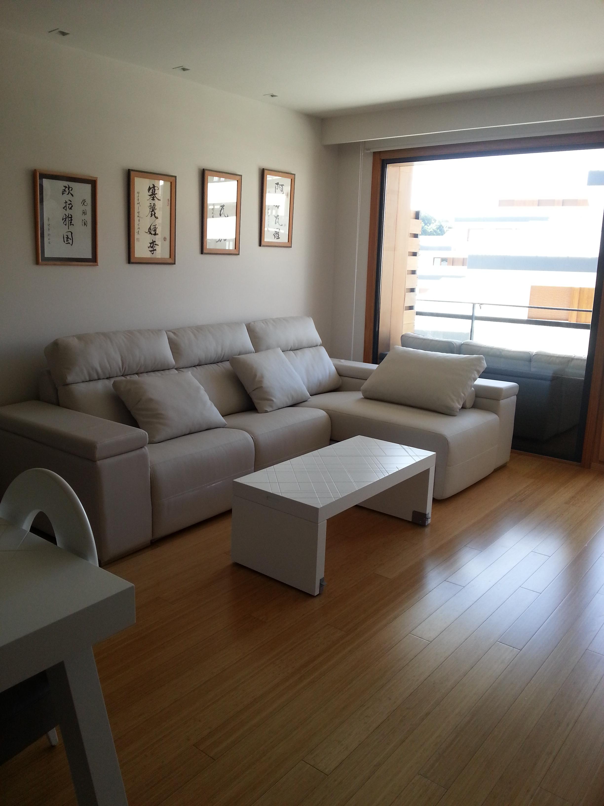 Sofá de dos asientos relax eléctricos y chaislonge abatible.