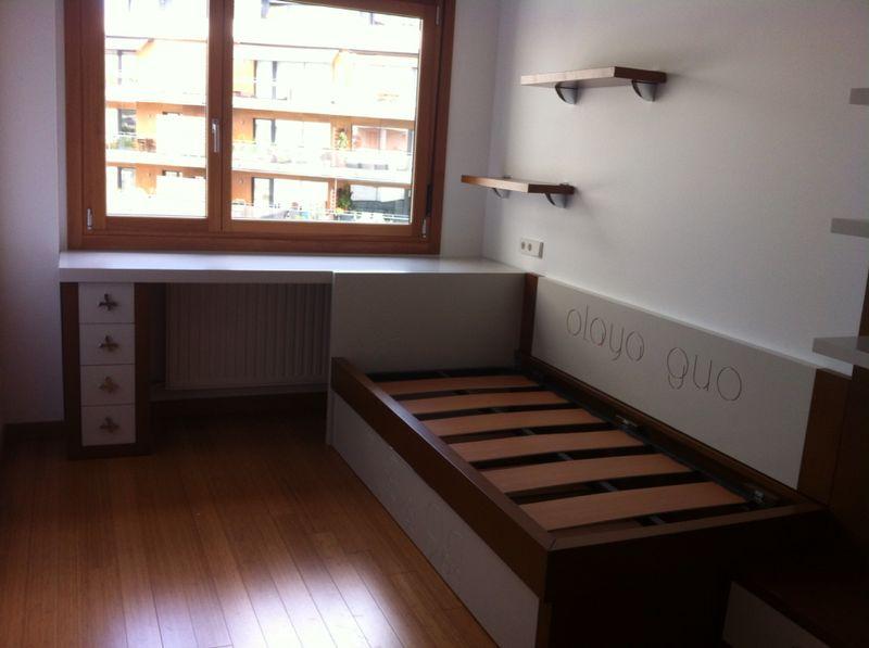 Habitación juvenil lacada en blanco, y personalizada con el nombre grabado.