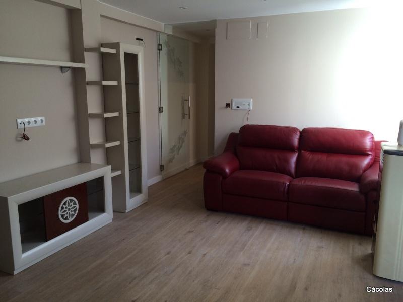 Vista de salón con sofá relax eléctrico de piel.