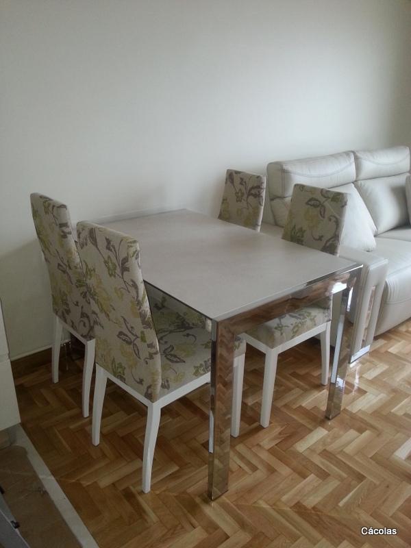 Mesa de comedor con sillas tapizadas en tela aquaclean.
