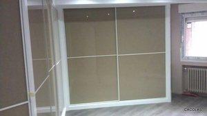 Detalle de armario empotrado. en cristal visón y blanco.