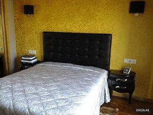 Habitación de invitados, cabecero en polipiel con capitoné color negro.