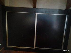 Puertas correderas de armario empotrado, lacado en negro.