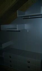 Interior armario vestidor, con baldas en acabado textil.