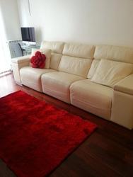 Sofá de piel espesorada , con tres asientos relax.