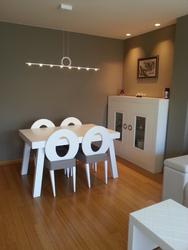 Mesa de comedor lacada, extensible a juego con 4 sillas y aparador.