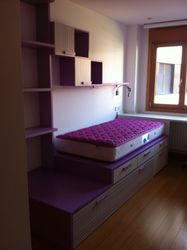 Habitación juvenil con escritorio a medida.