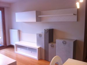 Mueble modular de salón, combina blanco con tonos tierra lacados.
