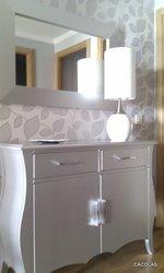 Mueble de entrada de madera, lacado en plata con espejo a juego,