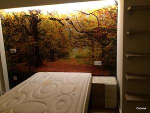 Vista flontal de habitación juvenil con vinilo.