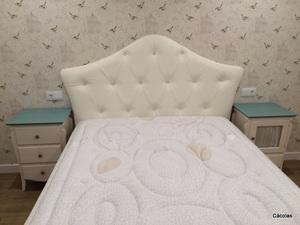 Cabecero habitación principal en polipiel blanca.