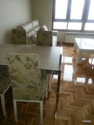 Mesa con tapa cerámica.